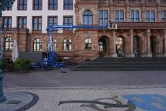 Leo vor Haus im Einsatz - Marktplatz Wiesbaden