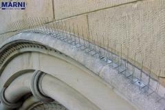 Spikes auf Bogen einer Kirche